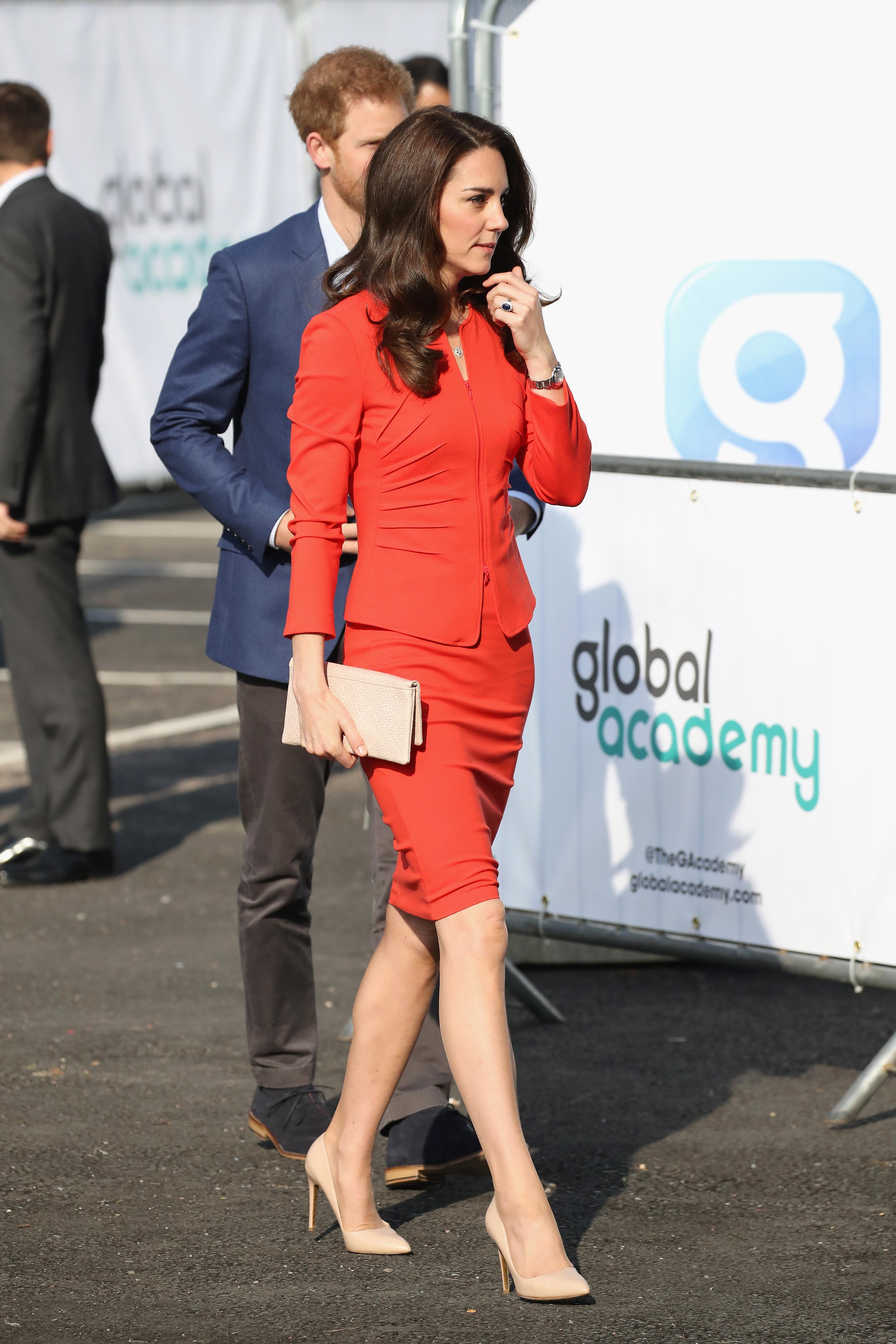 Катрин се разходи в прилепнал червен костюм