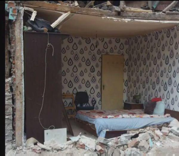 Строители сринаха стена на къща на майка с бебе