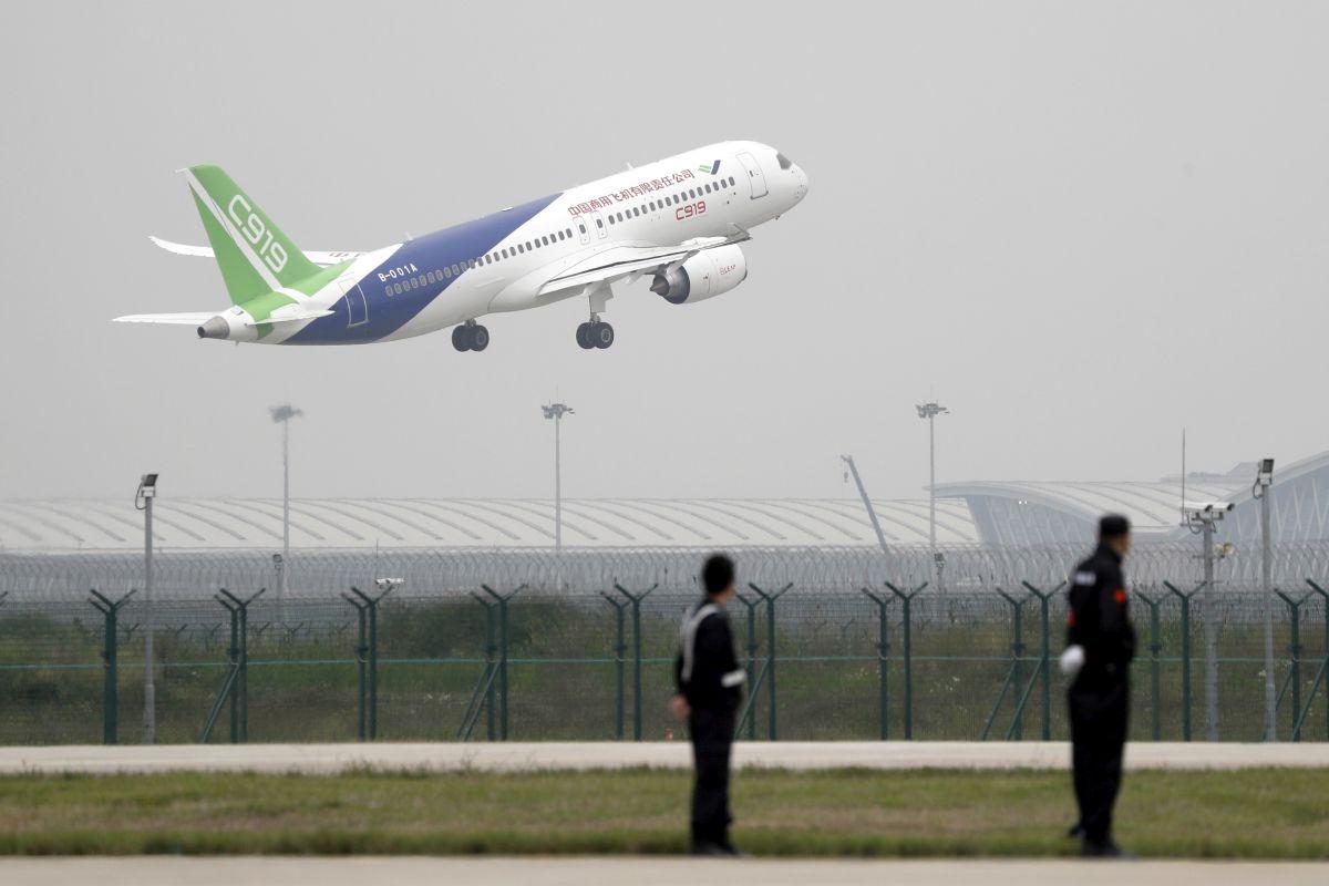 Първи полет на китайски пътнически самолет (снимки)