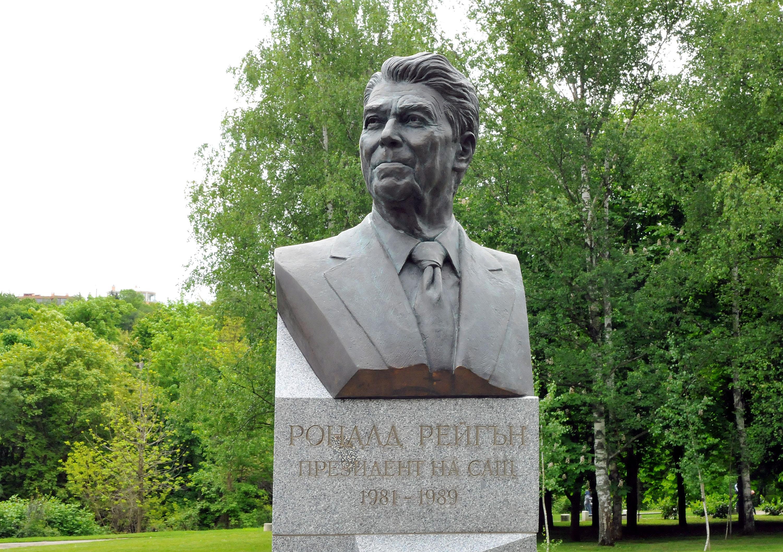 Официално откриха паметника на Рейгън в София