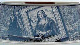 Художник рисува върху прашни автомобилни стъкла