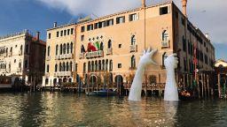 """Италианският скулптор, който """"простря"""" ръце над Венеция, е син на Антъни Куин"""
