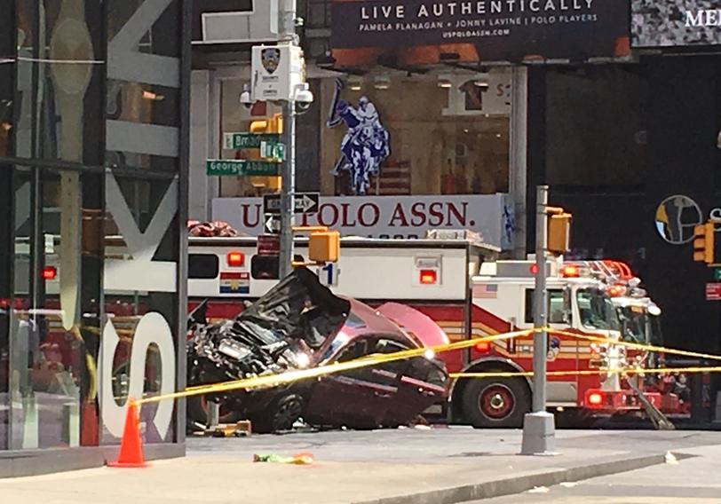 """Кола се вряза в пешеходци на пл. """"Таймс скуеър"""" в Ню Йорк"""
