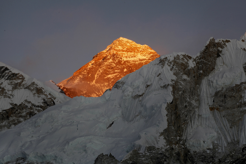 Трима алпинисти загинаха, а един изчезна в района на Еверест