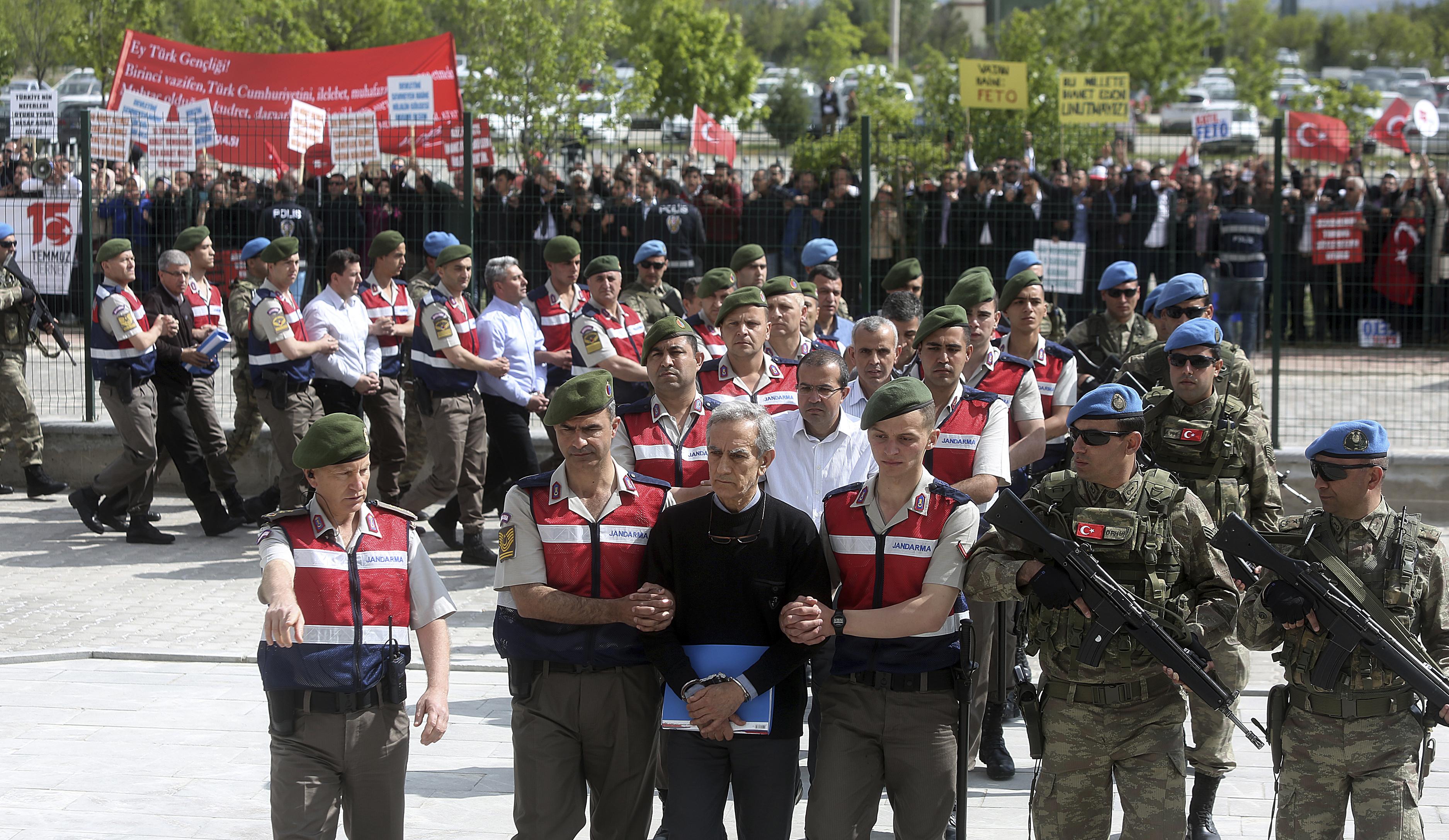 Ердоган иска подсъдимите от ФЕТО в еднакви униформи