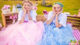 100-годишни близначки с кукленска фотосесия