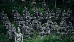 Вижте зловещо японско село, в което живеят само статуи