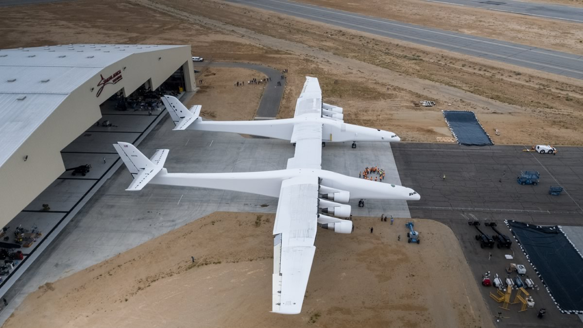 САЩ правят най-големия самолет в света (снимки)