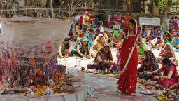 Женски ритуал за мъжко дълголетие под Дървото на желанията
