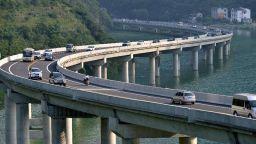"""Уникален мост в Китай се """"движи"""" по течението на река"""