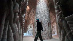 """Четвърт век скулптор в пълна самота твори """"девствени светилища"""" под земята"""