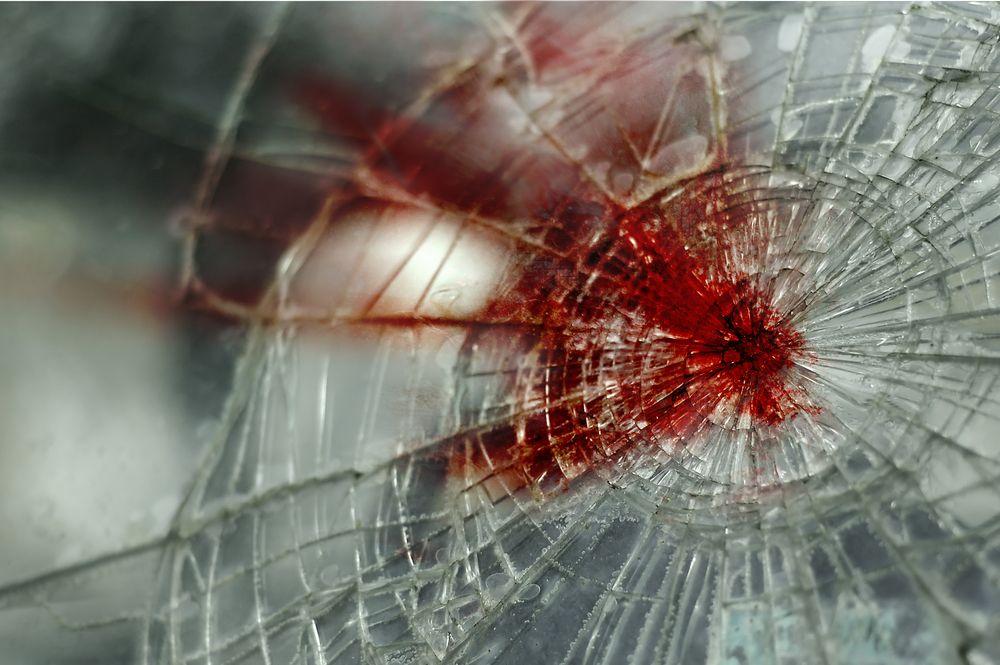 """""""Порше"""" се удари в скала, жена загина, деца са ранени"""