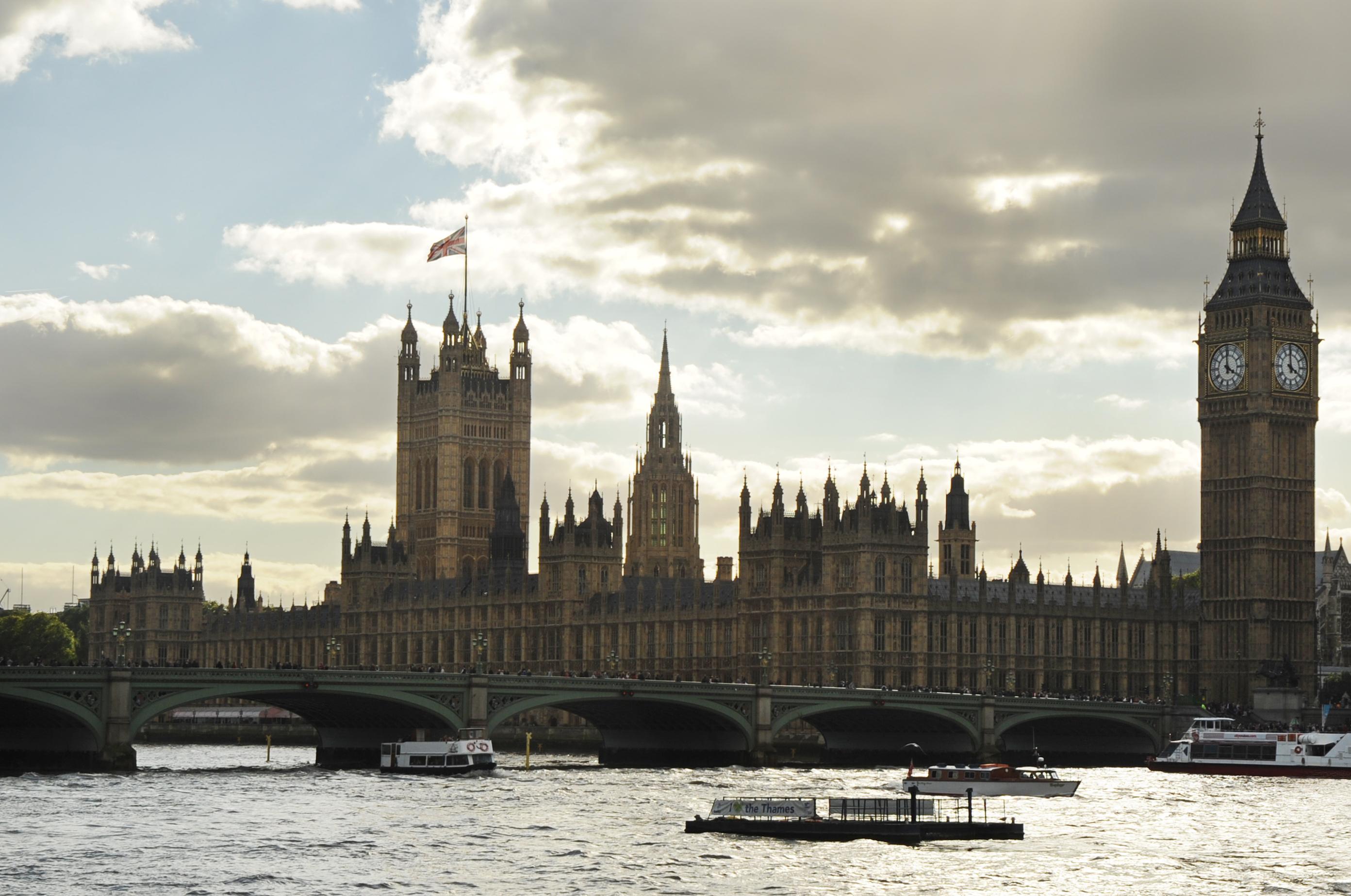 Арестуваха мъж с нож до британския парламент