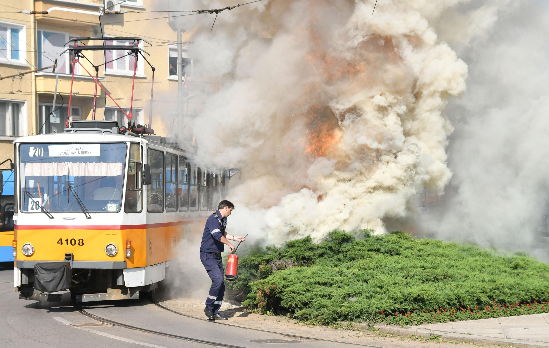 Паднали жици на трамвай предизвикаха пожар