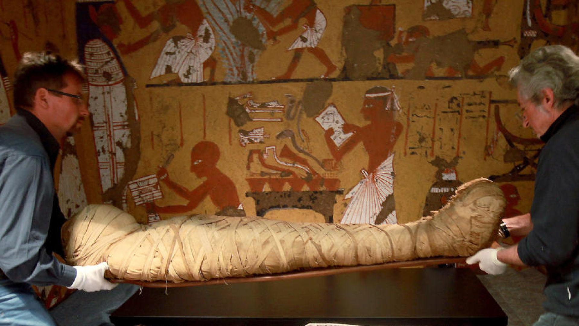 Откриха 8 мумии в пирамида южно от Кайро
