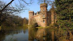 Замъци сред водата