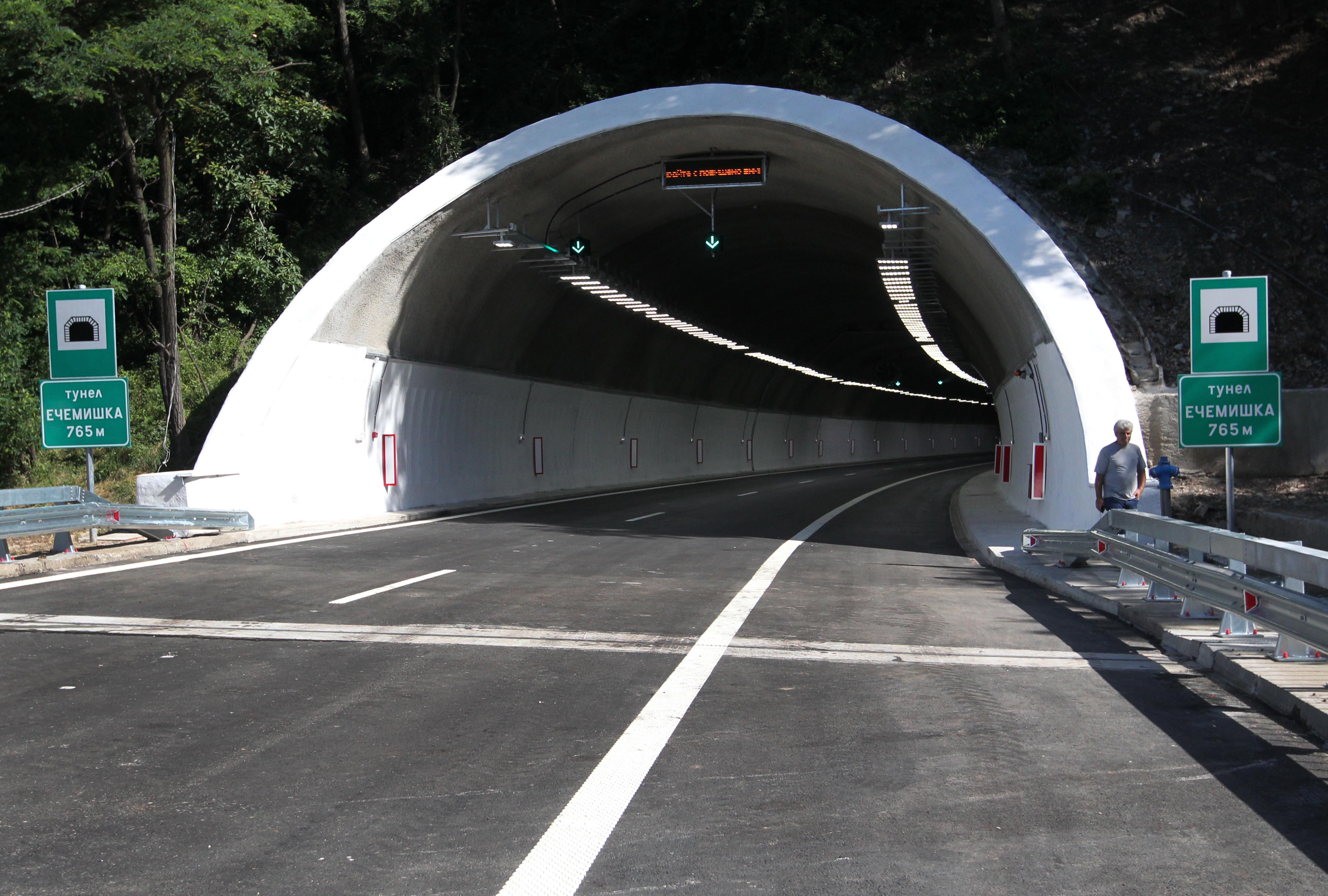 """Катастрофа в тунел """"Ечемишка"""" прави голяма тапа на """"Хемус"""""""