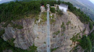 Вдигнете адреналина си на най-дългия стъклен мост в света