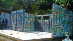 Канадец строи селище от... пластмасови бутилки