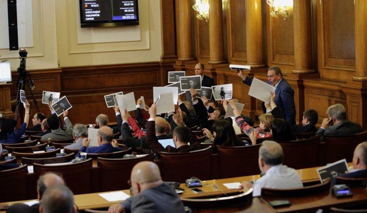 Скандал в НС: БСП поиска оставката на Жотева със снимки