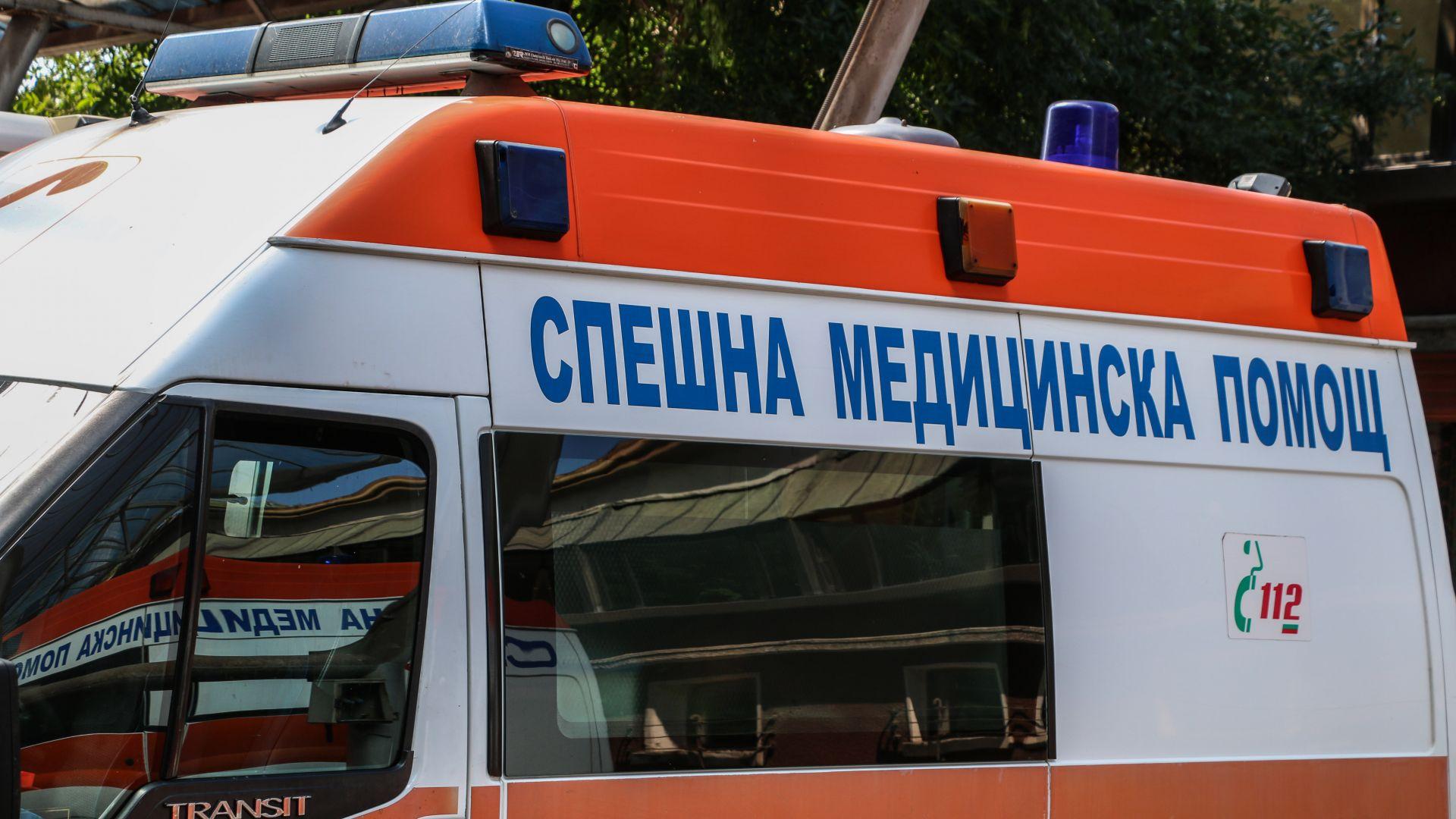Кола блъсна микробус и го обърна, 9 момичета пострадаха