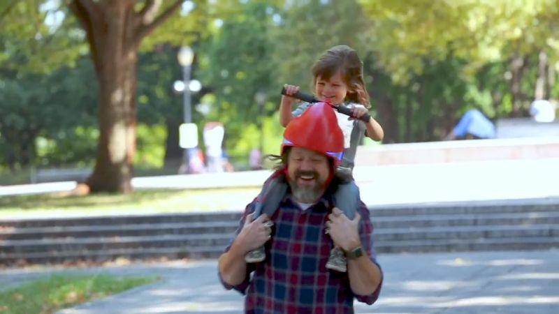 """Каска с кормило дава нови """"права"""" на децата, носени на конче"""
