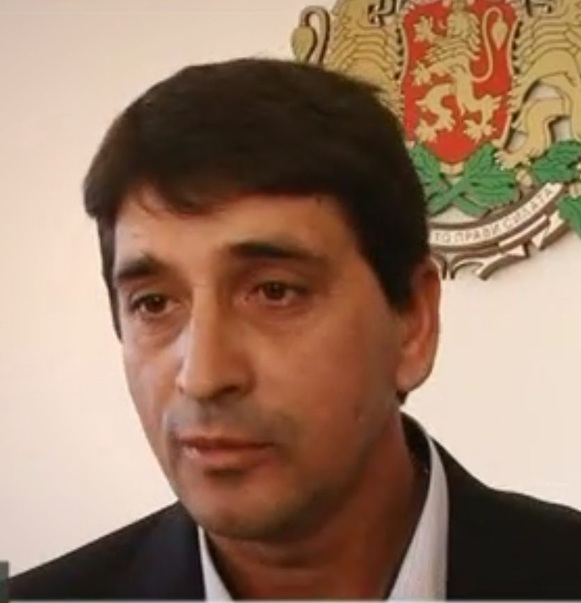 Кмет, арестуван за трафик на жени, остава на поста си