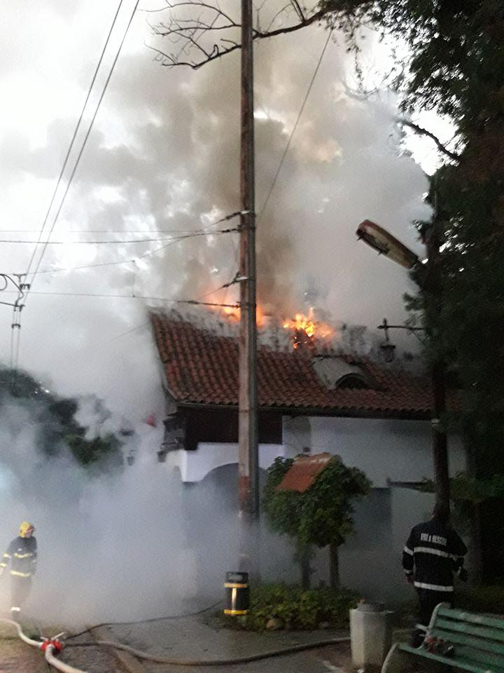 Изгоря покривът на емблематичната спирка Вишнева в София