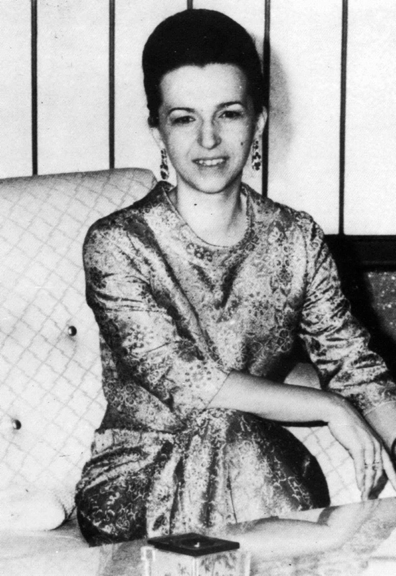 Людмила Живкова и един от символите НДК