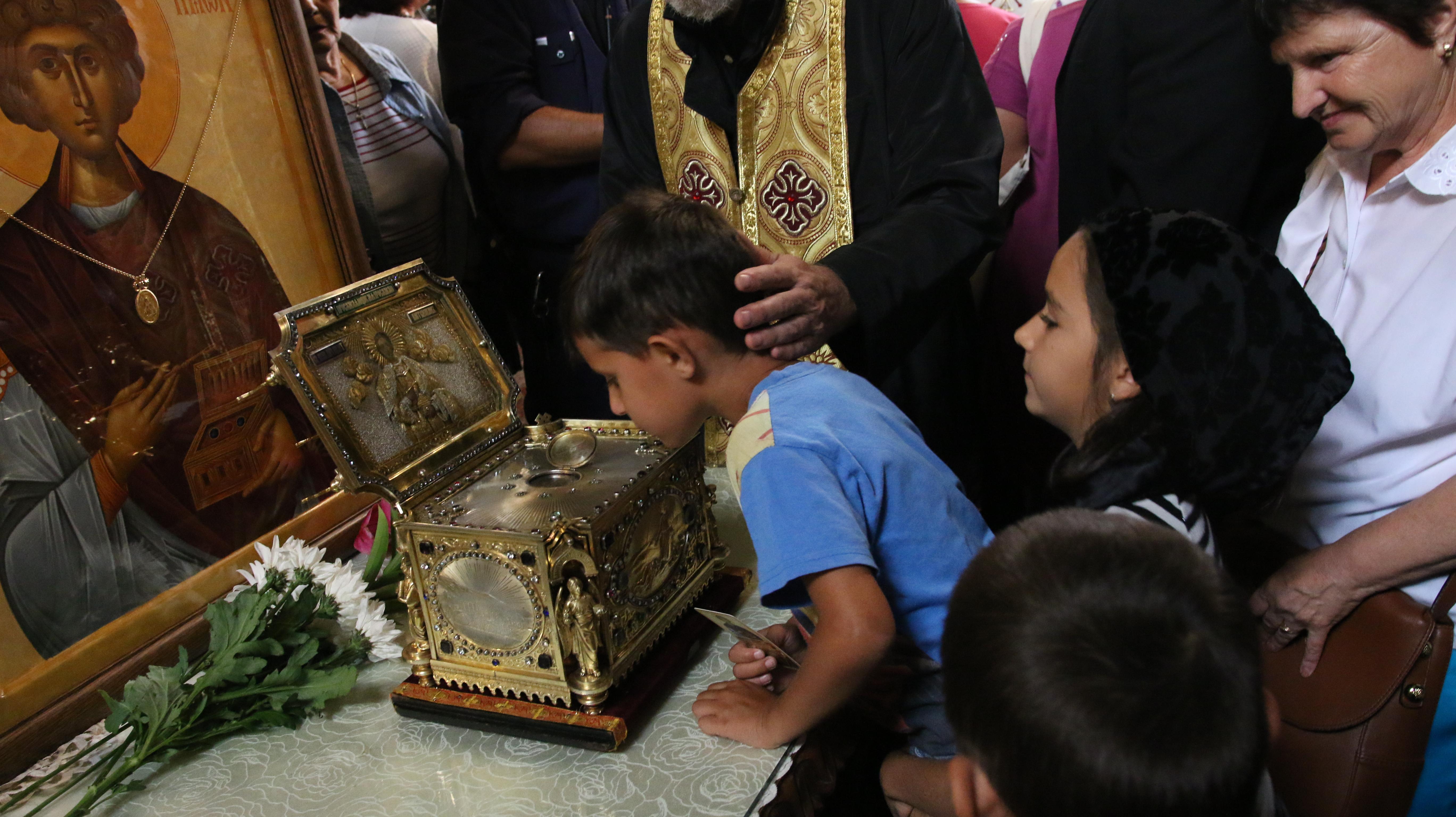 Хиляди се стекоха за мощите на светеца-лечител Пантелеймон