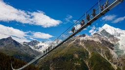 Не поглеждайте надолу - намирате се на най-дългия висящ мост в света