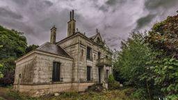 Снимките на изоставен френски замък плашат купувачите