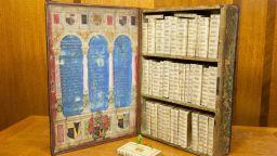 Вижте тази удивителна пътуваща библиотека от 17-и век