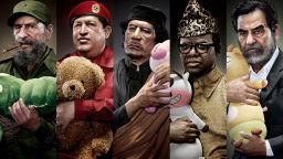 Вижте портрети на световни диктатори, гушкащи плюшени играчки