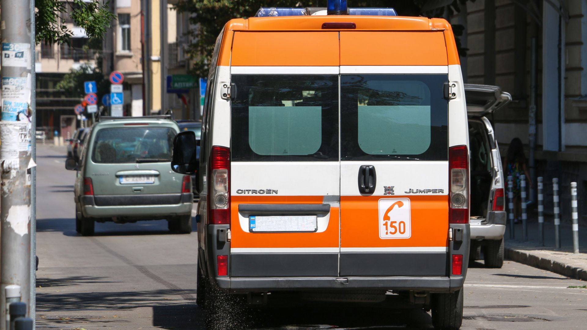 Микробус без шофьор помете млада жена във Варна