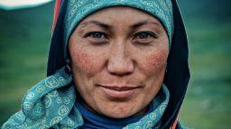 Вижте вълшебната усмивка и искрящия поглед на киргизитe