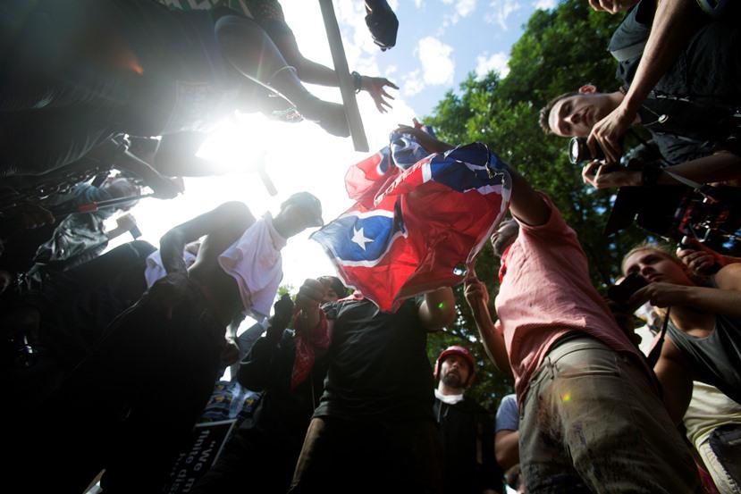 Кола се вряза в протестиращи в Шарлотсвил - САЩ
