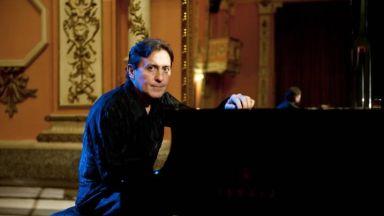 Насладете се на вълшебна музика за пиано през есента