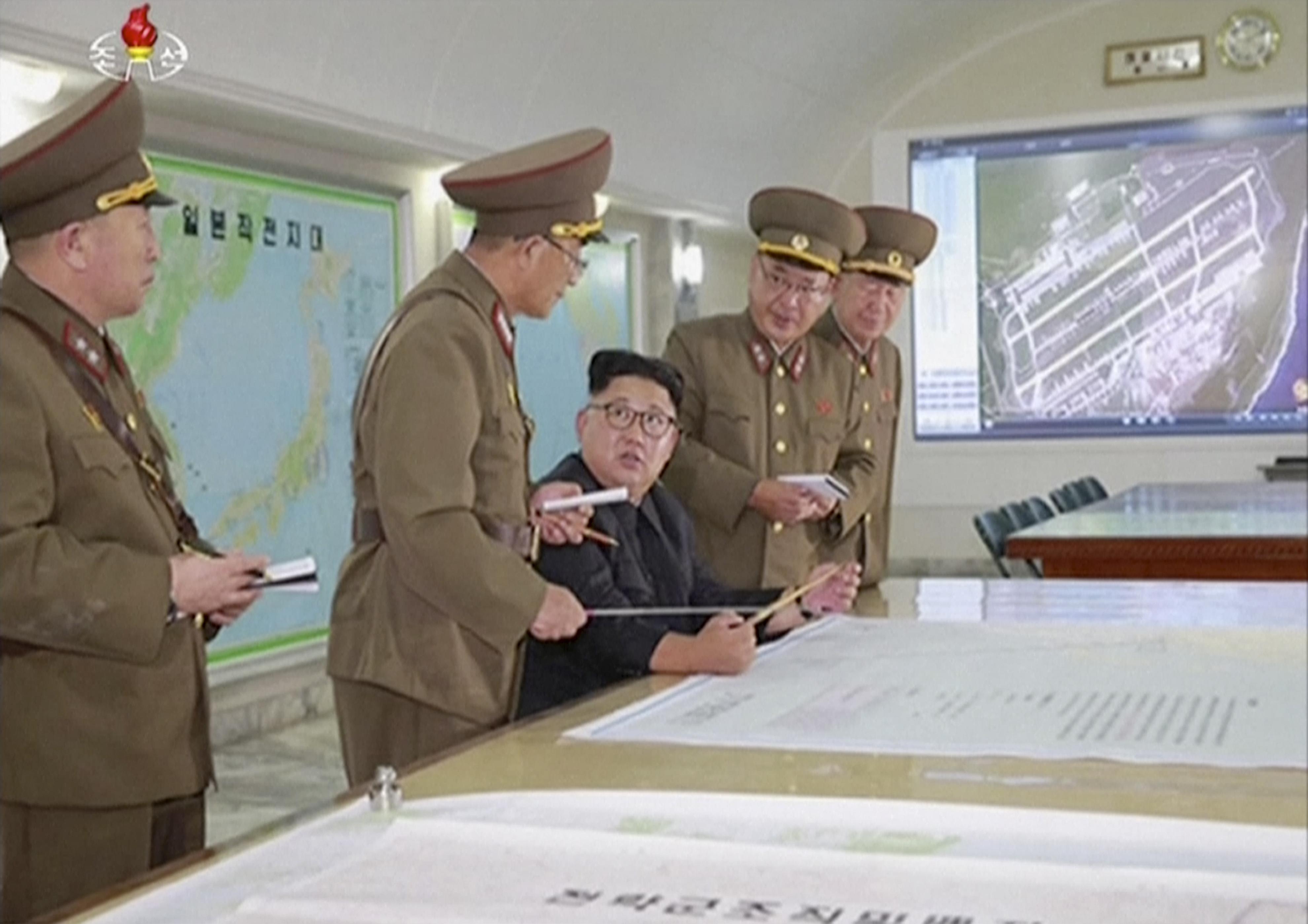 Бивш US командос: Пуснете милиони айфони над Северна Корея