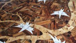 Дизайнер твори вълшебен под с палитра от дървета