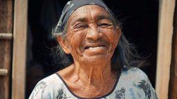 Вижте как се променят лицата на жените, когато им казват, че са красиви