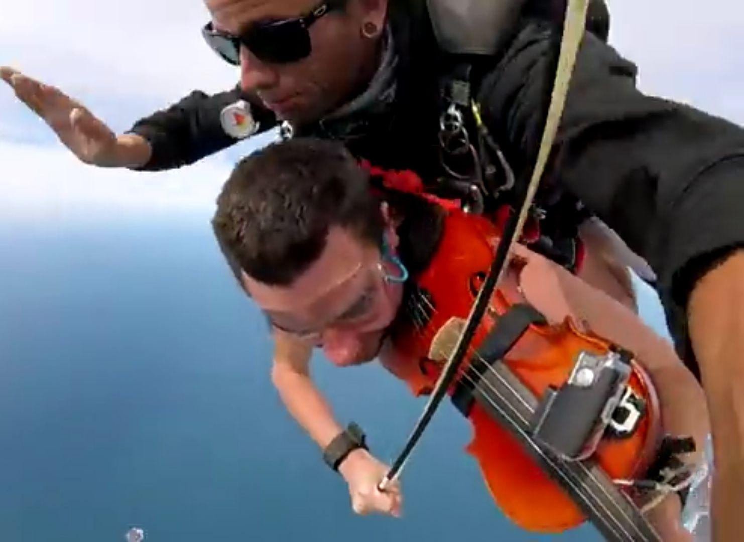Австралиец скочи гол с парашут, свирейки на цигулка (видео)