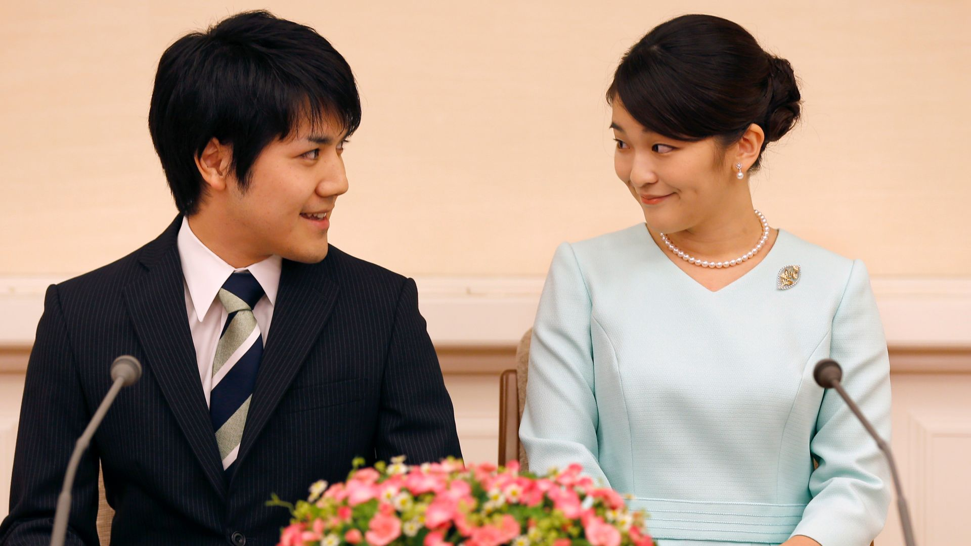 Принцеса Мако с годеника си
