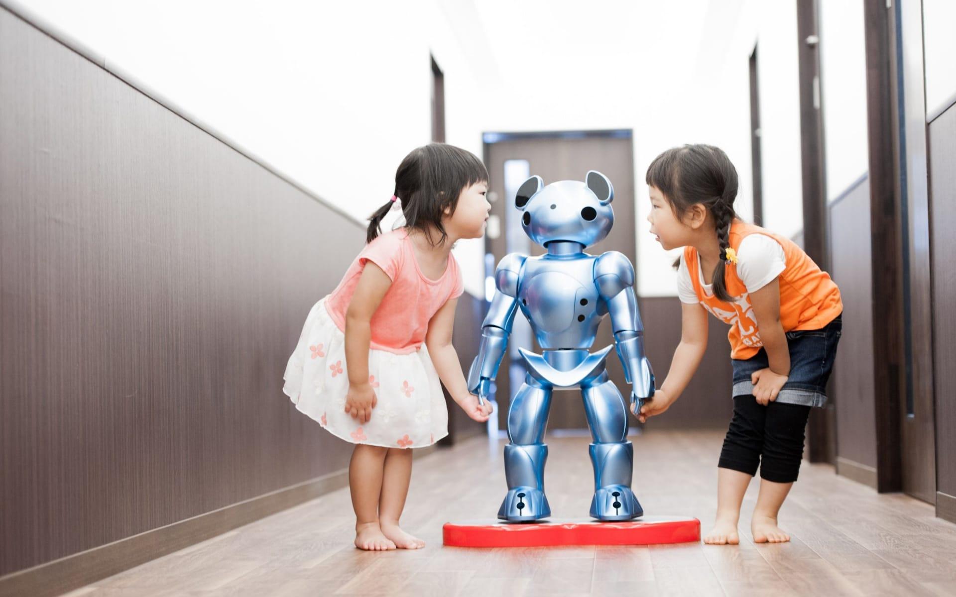 Роботи се грижат за деца в Япония