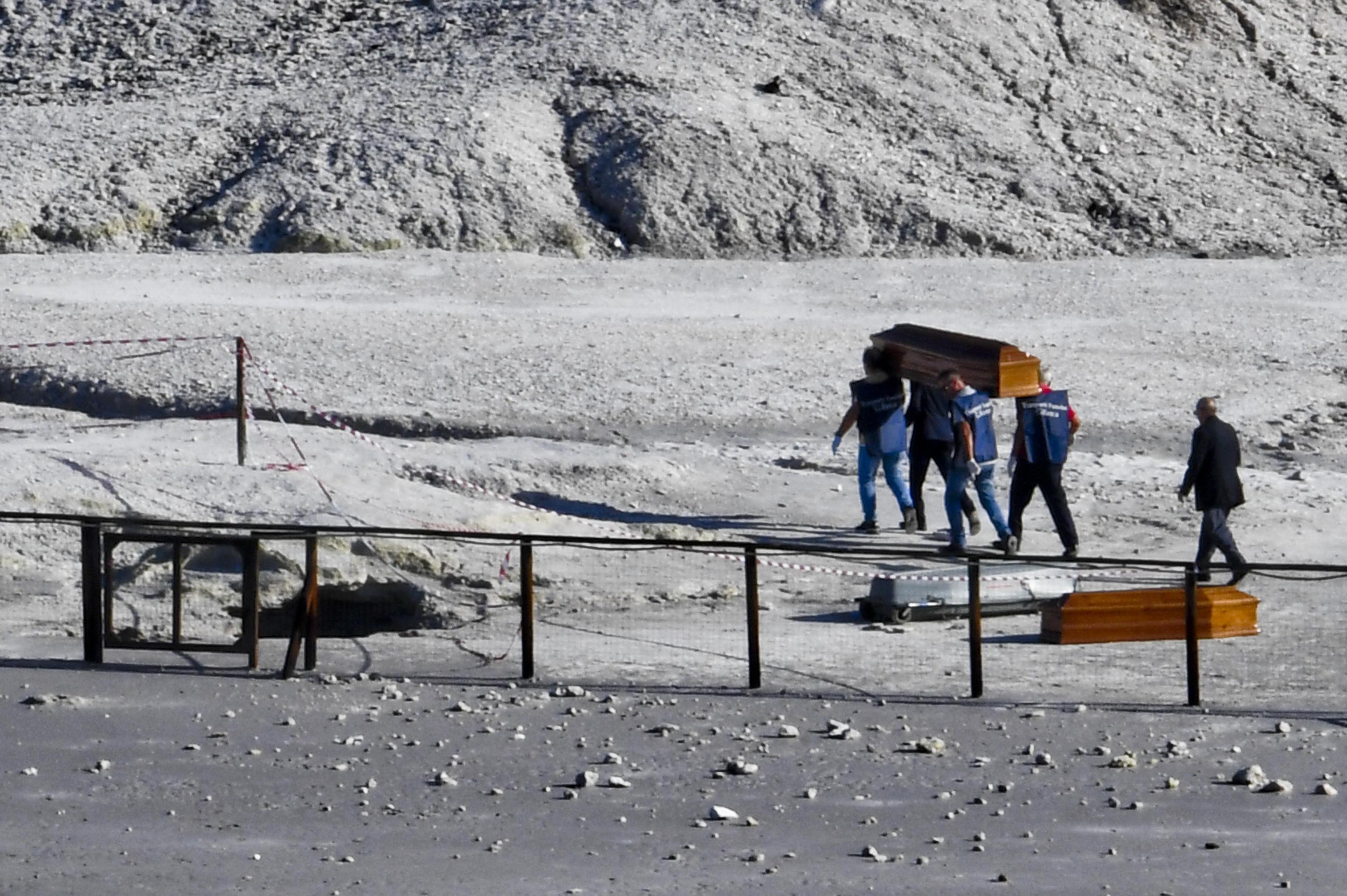 Семейство с дете загина в кратера на вулкан