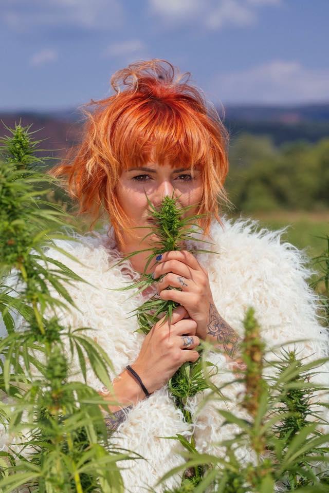Рут Колева с фотосесия сред поля от марихуана