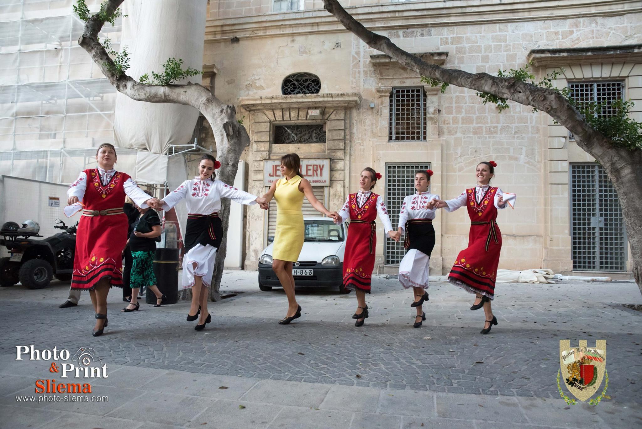 Десислава Радева се хвана на хорото в Малта