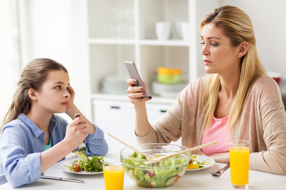 Родителите са по-често със смартфона, отколкото с децата