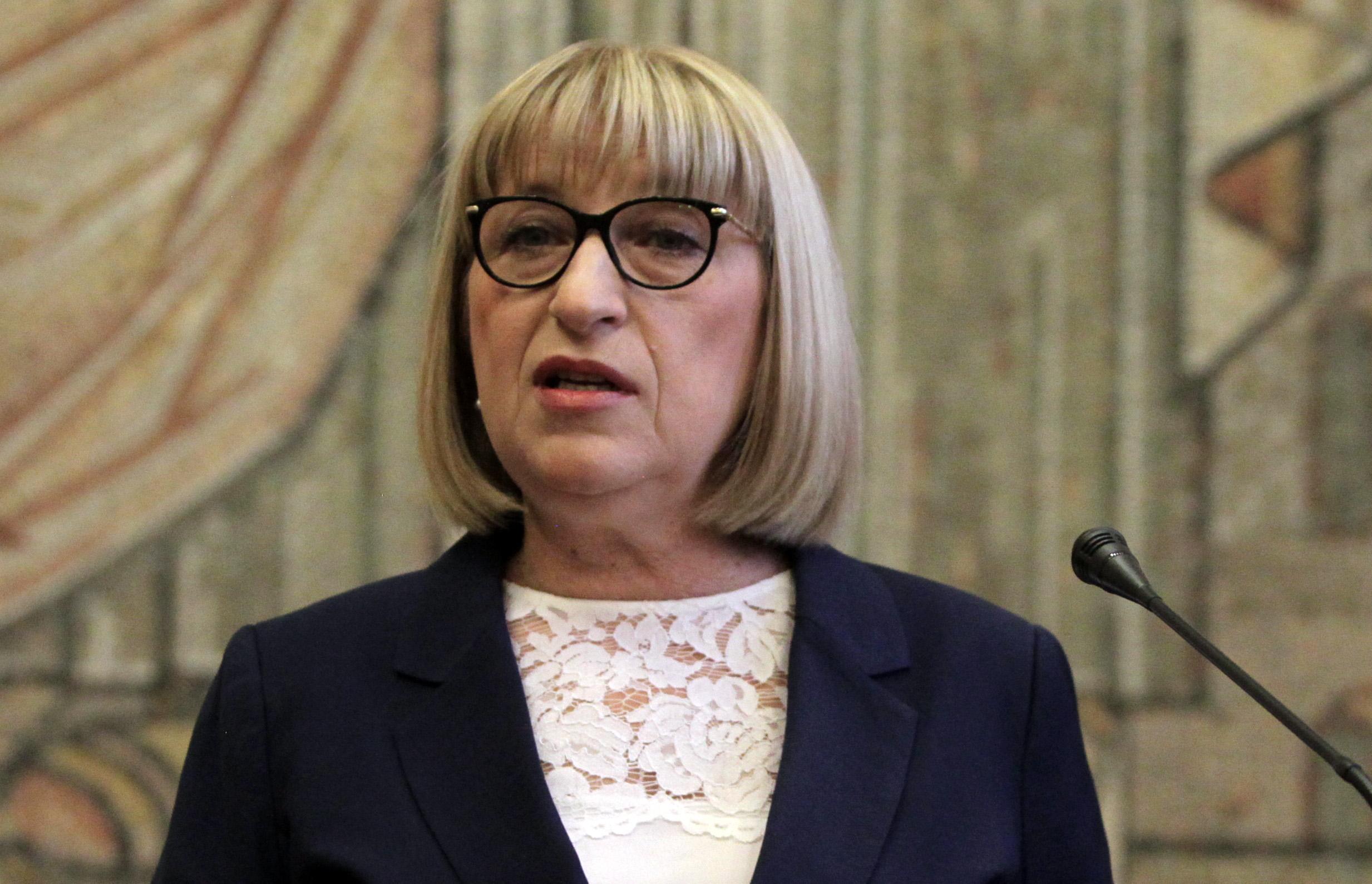 Цачева: Няма да спира горещата линия за жертви на насилие