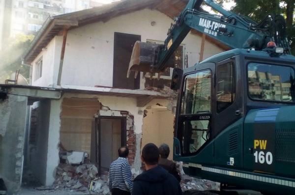 Ромки кълнат кмет заради бутнати къщи: Децата ти да умрат!